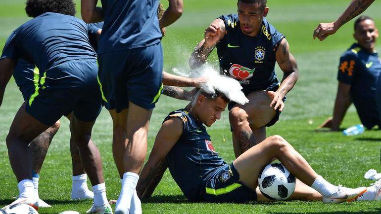 Игроки сборной Бразилии поздравляют КОУТИНЬЮ с днем рождения. Фото AFP