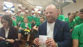 Знаменитому американскому бойцу ММА Джеффу Монсону вручают российский паспорт.