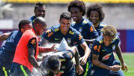 Вторник. Сочи. Бразильцы поздравили защитника ФАГНЕРА (в центре на переднем плане) с днем рождения, разбив об его голову несколько яиц и засыпав мукой.