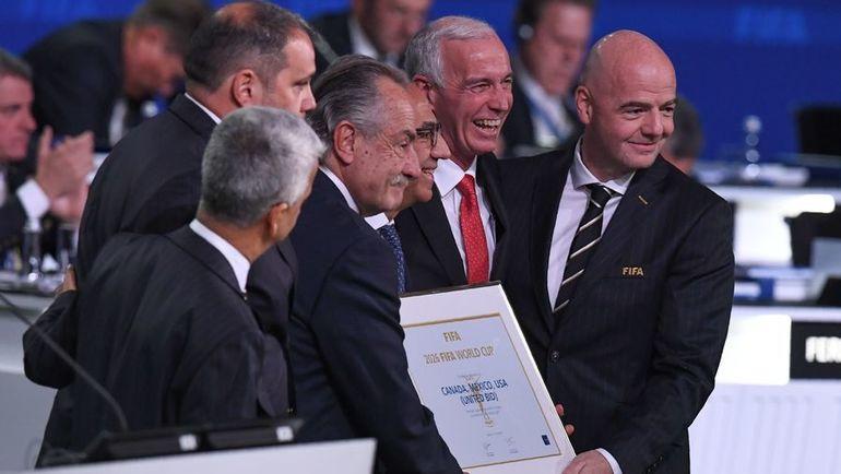 Президент ФИФА Джанни ИНФАНТИНО (справа) с представителями заявочного комитета ЧМ-2026 Карлосом КОРДЕЙРО (третий справа) Десио ДЕ МАРИЕЙ СЕРРАНО (третий слева), Стивом РИДОМ (второй справа). Фото AFP