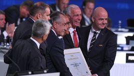 Президент ФИФА Джанни ИНФАНТИНО (справа) с представителями заявочного комитета ЧМ-2026 Карлосом КОРДЕЙРО (третий справа) Десио ДЕ МАРИЕЙ СЕРРАНО (третий слева), Стивом РИДОМ (второй справа).