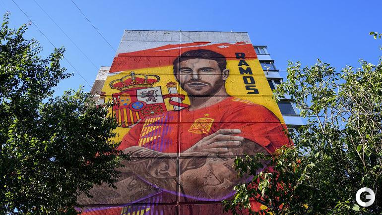 Четверг. Краснодар. Испанец Серхио Рамос на фасаде дома возле стадиона.