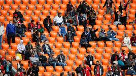Сегодня. Екатеринбург. Египет – Уругвай – 0:1. Пустые места на центральной трибуне.