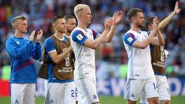 Сегодня. Москва. Аргентина - Исландия - 1:1. Исландец Хердур МАГНУССОН (в центре) и его партнеры благодарят болельщиков после игры.