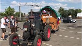 Немец на тракторе доехал до Лужников.