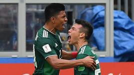 Воскресенье. Москва. Лужники. Германия - Мексика - 0:1. Ирвинг ЛОСАНО (справа) и Хесус ГАЛЬЯРДО: победа!