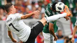 Воскресенье. Москва. Лужники. Германия - Мексика - 0:1. Юлиан ДРАКСЛЕР (№7) и Хесус ГАЛЬЯРДО.