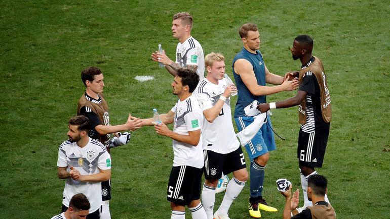 Воскресенье. Москва. Лужники. Германия - Мексика - 0:1. Расстроенные игроки сборной Германии после матча. Фото REUTERS