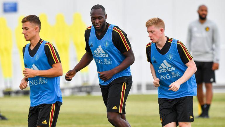 Суббота. Сочи. Торган АЗАР, Ромелу ЛУКАКУ и Кевин ДЕ БРЕЙНЕ (слева направо) на тренировке сборной Бельгии. Фото AFP