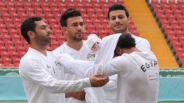 Суббота. Грозный. Игроки сборной Египта помогают Мохамеду САЛАХУ (второй справа) надеть футболку.