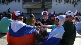 Болельщики смотрят церемонию открытия чемпионата мира-2018 в фан-зоне Краснодара.