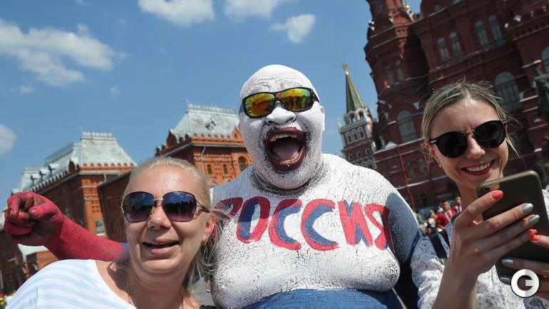 Понедельник. Москва. Один из самых популярных фанатов сборной России в цетре столицы.