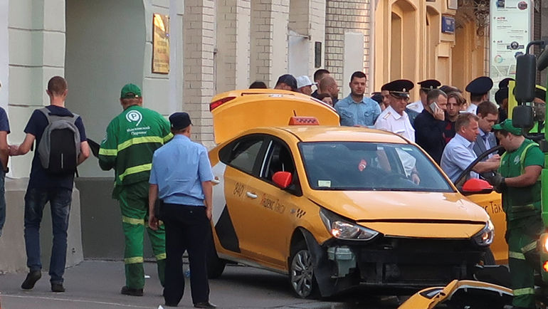 16 июня. Москва. Машина после ДТП на Ильинке. Фото REUTERS