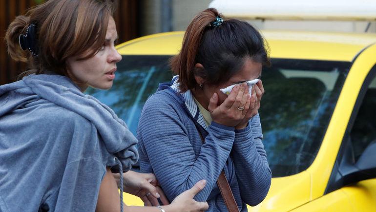 Понедельник. Москва. Аида (справа) - жена Анарбека Чынгыза у зала суда. Фото REUTERS