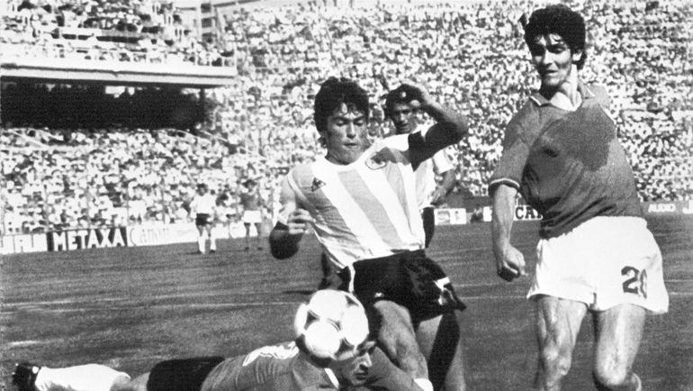 29 июня 1982 года. Барселона. Аргентина - Италия - 1:2. Вратарь Убальдо ФИЛЛОЛ и Даниэль ПАССАРЕЛЛА пытаются остановить Паоло РОССИ (справа). Фото AFP