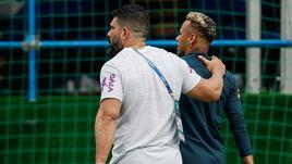 Вторник. Сочи. НЕЙМАР (справа) досрочно покидает тренировку сборной Бразилии.