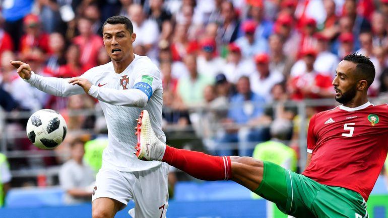 Сегодня. Москва. Португалия - Марокко - 1:0. КРИШТИАНУ РОНАЛДУ и Мехди БЕНАТИА. Фото AFP