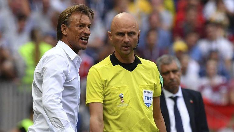 Сегодня. Москва. Португалия - Марокко - 1:0. Эрве РЕНАР и Сергей КАРАСЕВ. Фото AFP