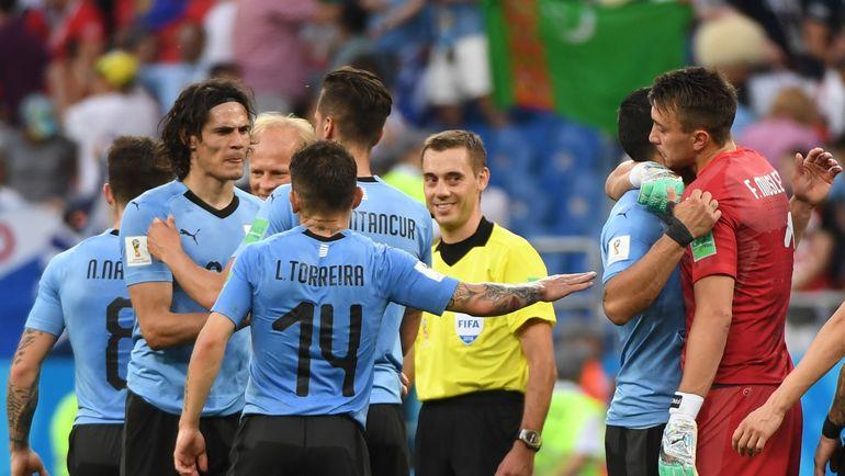 Среда. Ростов-на-Дону. Уругвай - Саудовская Аравия - 1:0. Игроки сборной Уругвая поздравляют друг друга с победой. Фото Reuters
