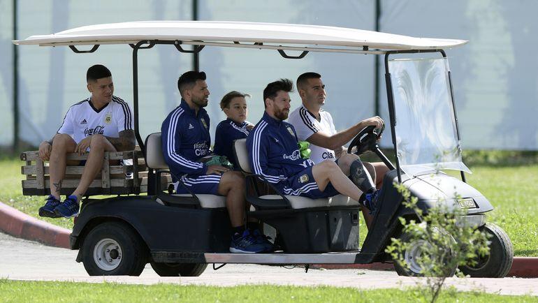 Вчера. Бронницы. Маркос РОХО (слева), Серхио АГУЭРО (второй слева) и Лионель МЕССИ едут на тренировку сборной Аргентины. Фото AFP