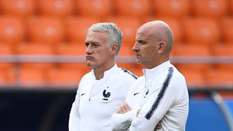 Главный тренер сборной Франции Дидье ДЕШАМ (слева) и его помощник Ги СТЕФАН наблюдают за тренировкой своей команды. Фото AFP