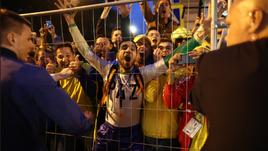 Фанаты встречают сборную Бразилии в Санкт-Петербурге.