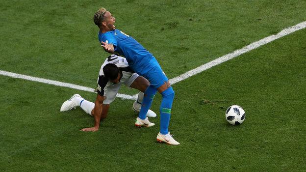 Сегодня. Санкт-Петербург. Бразилия – Коста-Рика – 2:0. 78-я минута. Джанкарло ГОНСАЛЕС и НЕЙМАР. Фото Reuters