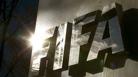 Отблески солнца в буквах ФИФА на штаб-квартире организации в Цюрихе.