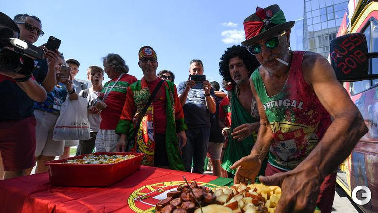 24 июня. Саранск. Португальские болельщики угощают всех национальными деликатесами.