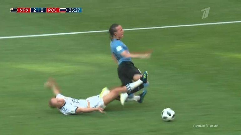Момент в матче Уругвая - Россия. Удаление Игоря СМОЛЬНИКОВА.