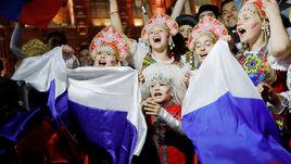 Болельщики сборной России на Никольской улице в Москве.