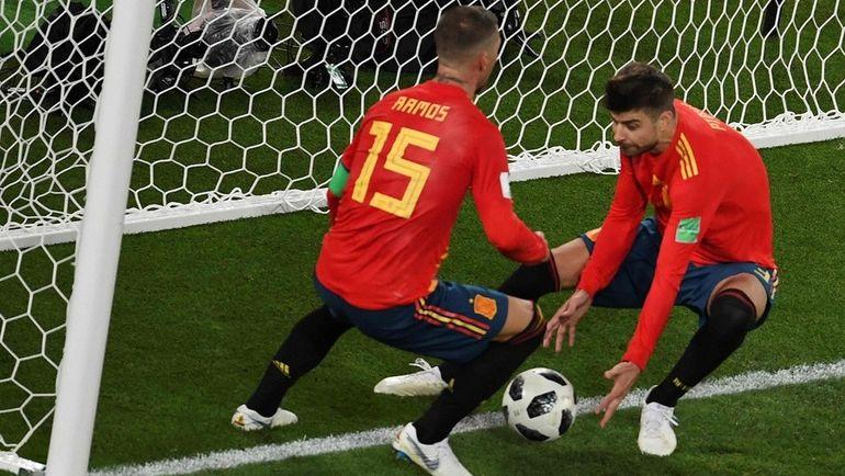 Понедельник. Калиниград. Испания - Марокко - 2:2. Серхио РАМОС (слева) и Жерар ПИКЕ после второго гола команды, который вывел их в 1/8 финала ЧМ-2018 с первого места. Фото AFP