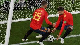 Понедельник. Калиниград. Испания - Марокко - 2:2. Серхио РАМОС (слева) и Жерар ПИКЕ после второго гола команды, который вывел их в 1/8 финала ЧМ-2018 с первого места.