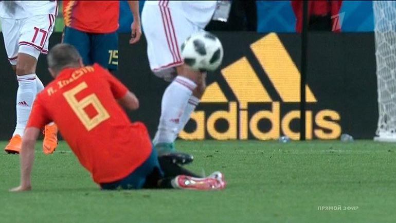 Полузащитник сборной Марокко Юнес БЕЛАНДА нарушает правила на Андресе ИНЬЕСТЕ.
