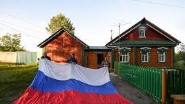 21 июня. Анненково. Семья КОРЕЛЕНОВЫХ на фоне собственного дома-музея.