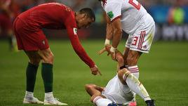 Понедельник. Саранск. Иран - Португалия - 1:1. 80-я минута. Мортеза ПУРАЛИГАНДЖИ после удара КРИШТИАНУ РОНАЛДУ (слева) упал на газон.