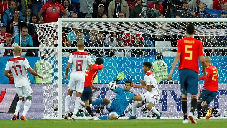 Понедельник. Калиниград. Испания - Марокко - 2:2. 90+1-я минута. ИСКО (второй слева) забивает первый гол в ворота марокканцев. Фото REUTERS