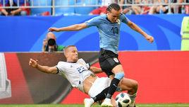 Понедельник. Самара. Уругвай - Россия - 3:0. 36-я минута. Игорь СМОЛЬНИКОВ (№ 23) сбивает Диего ЛАКСАЛЬТА. За этот фол арбитр покажет ему вторую желтую карточку.