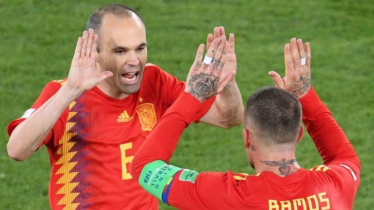 Понедельник. Калининград. Испания - Марокко - 2:2. Андрес ИНЬЕСТА (слева) и Серхио РАМОС. Фото AFP