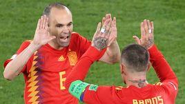 Понедельник. Калининград. Испания - Марокко - 2:2. Андрес ИНЬЕСТА (слева) и Серхио РАМОС.