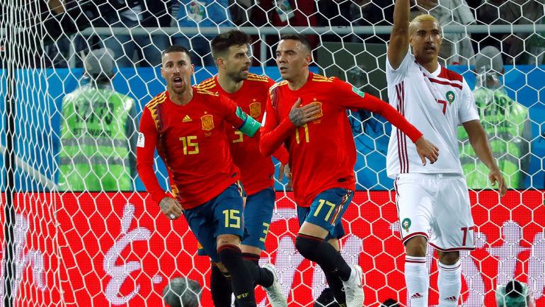 Понедельник. Калининград. Испания - Марокко - 2:2. Серхио РАМОС, Жерар ПИКЕ и Яго АСПАС празднуют гол в ворота сборной Марокко. Фото REUTERS