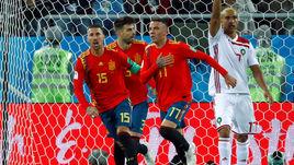 Понедельник. Калининград. Испания - Марокко - 2:2. Серхио РАМОС, Жерар ПИКЕ и Яго АСПАС празднуют гол в ворота сборной Марокко.