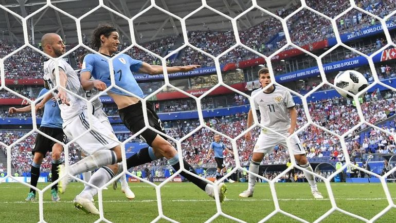 Понедельник. Самара. Уругвай - Россия - 3:0. 90-я минута. Эдинсон КАВАНИ (в центре) забивает третий мяч в ворота нашей команды. Фото AFP