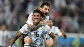 Вторник. Санкт-Петербург. Нигерия - Аргентина - 1:2. 86-я минута. Маркус РОХО в объятиях Лионеля МЕССИ: только что он забил победный мяч.