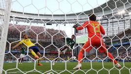 Среда. Екатеринбург. Мексика - Швеция - 0:3. Эдсон АЛЬВАРЕС (в центре) отправляет третий гол в ворота своей команды.