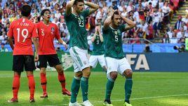 Среда. Казань. Корея - Германия - 2:0. Матс ХУММЕЛЬС (№5) только что не попал из убойной позиции - вместо головы под мяч попало плечо. Вся Германия в шоке.