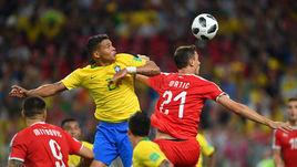 Среда. Москва. Сербия - Бразилия - 0:2. ТИАГУ СИЛВА (слева) и Неманья МАТИЧ: пятикратные чемпионы выиграли - и попали в более сложную половину сетки плей-офф.