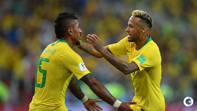 Среда. Москва. Сербия - Бразилия - 0:2. НЕЙМАР (справа) и автор первого гола ПАУЛИНЬЮ.