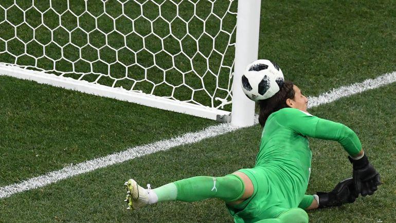 Мяч от головы Янна Зоммера влетает в ворота Коста-Рики. Ничья! Фото AFP