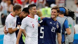 Сегодня. Волгоград. Япония – Польша – 0:1. Поляк Роберт ЛЕВАНДОВСКИ и японец Готоку САКАИ после матча.
